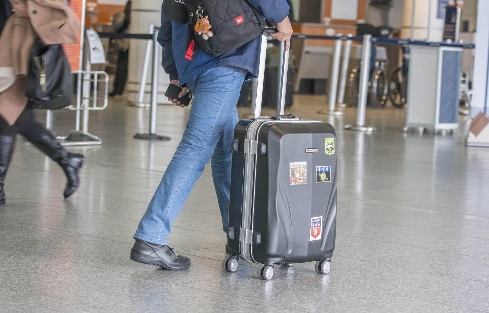 <p>La famille devra se rapporter à Montréal à des représentants de l'Agence des services frontaliers du Canada qui assureront qu'elle prenne l'avion en direction de l'Espagne, le pays d'où elle est arrivée.</p>