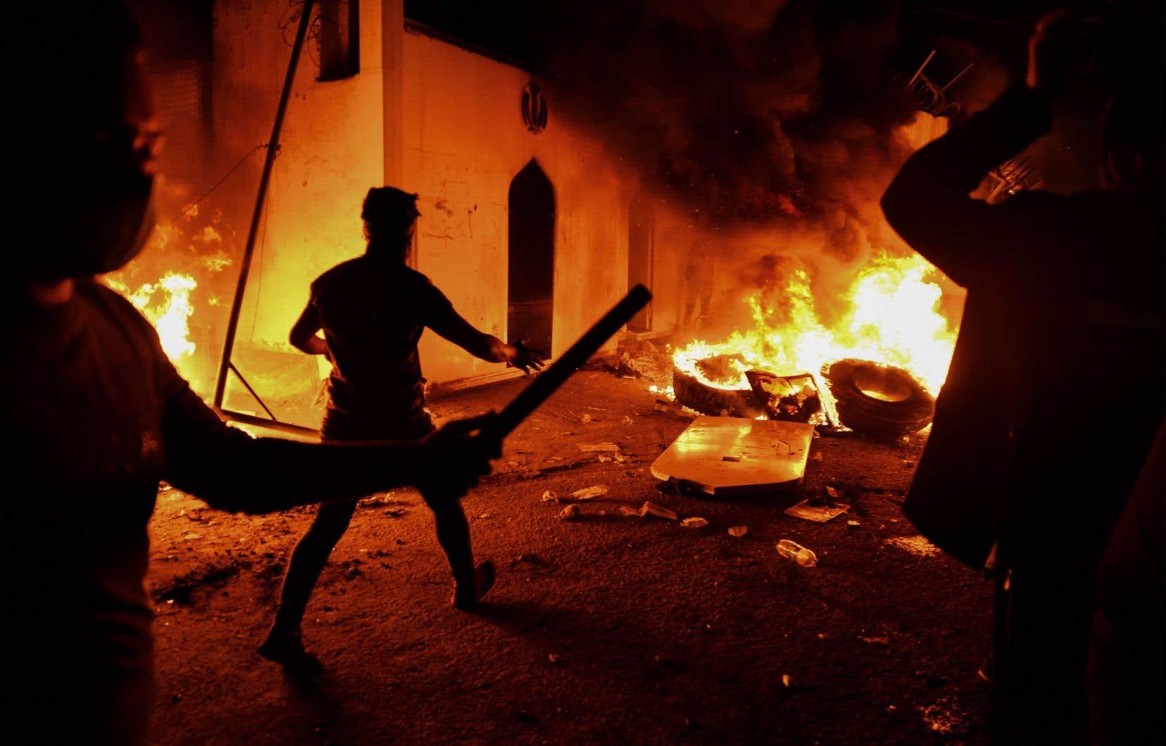 Le consulat d'Iran à Najaf, au sud de l'Irak, a été incendié mercredi soir lors d'une manifestation réunissant des centaines d'Irakiens réclamant une refonte du système politique dans leur pays