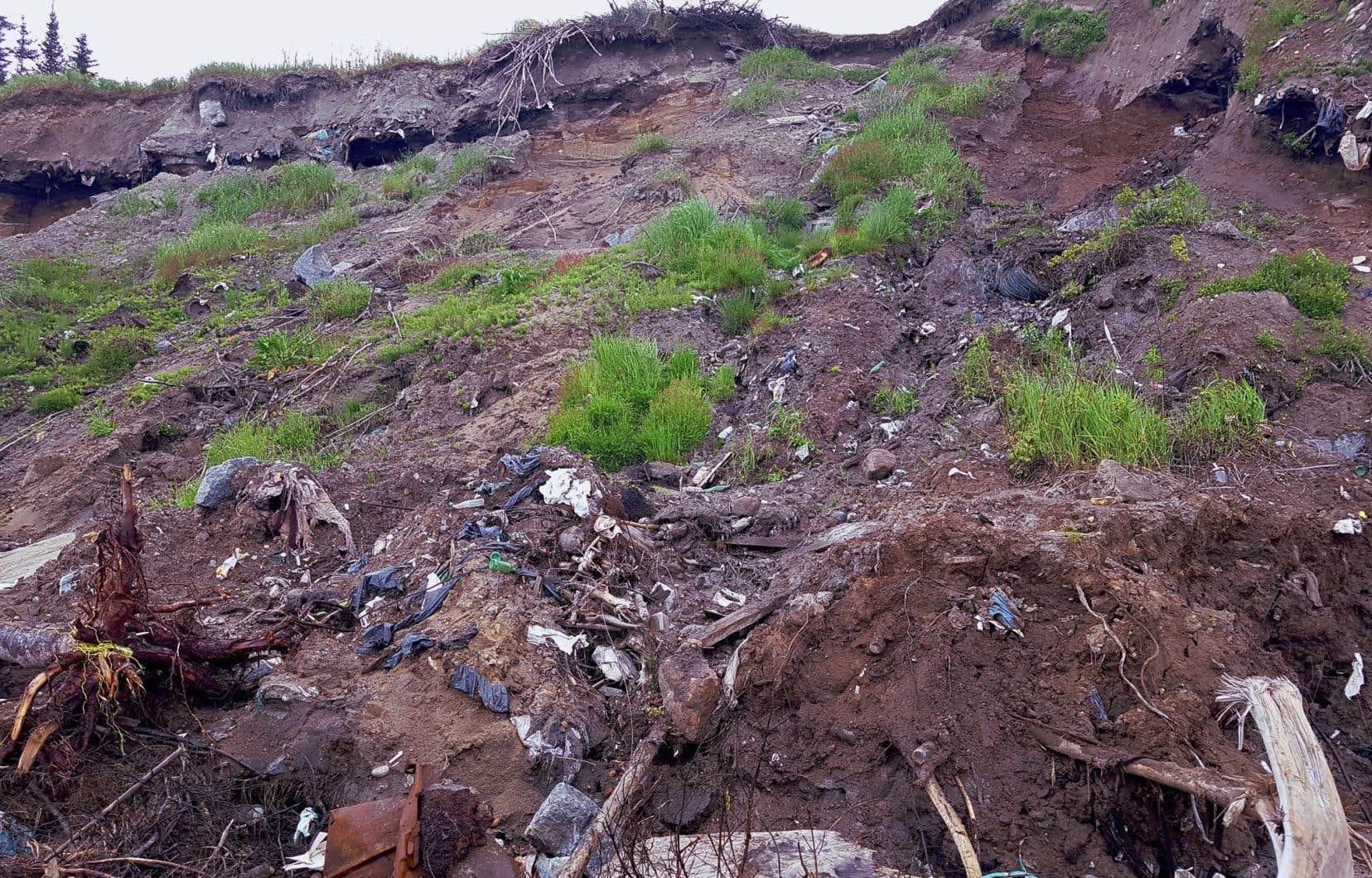 À cause de l'érosion, l'ancien dépotoir de Rivière-Saint-Jean a déversé ses saletés dans l'eau pendant des mois.