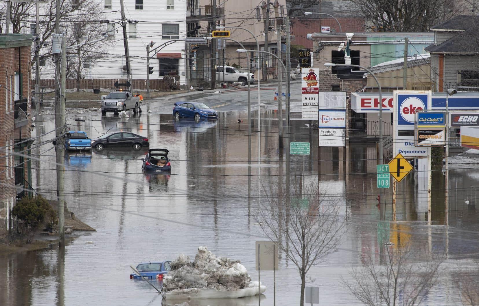 En avril dernier, le centre-ville de Beauceville a été inondé lorsqu'un embâcle qui s'était formé sur la rivière Chaudière a cédé.