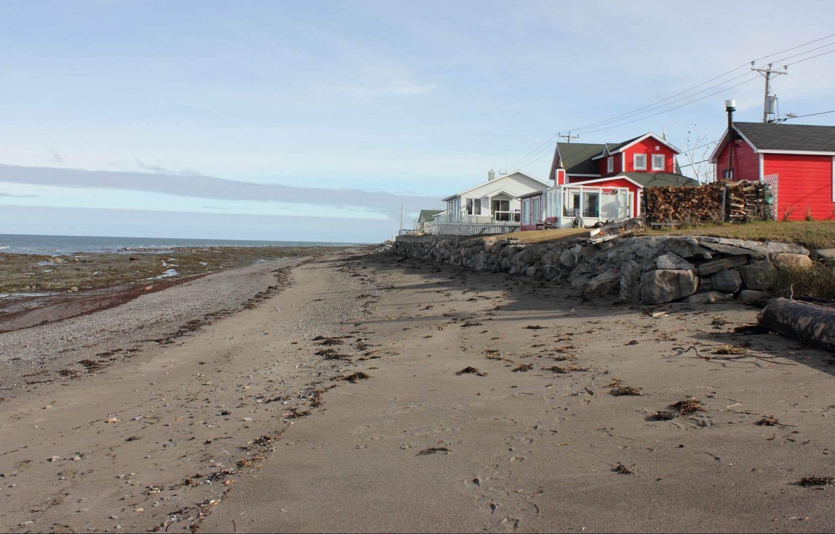 À Sainte-Flavie, les effets des changements climatiques sont déjà visibles: la municipalité est aux prises avec un grave problème d'érosion côtière.