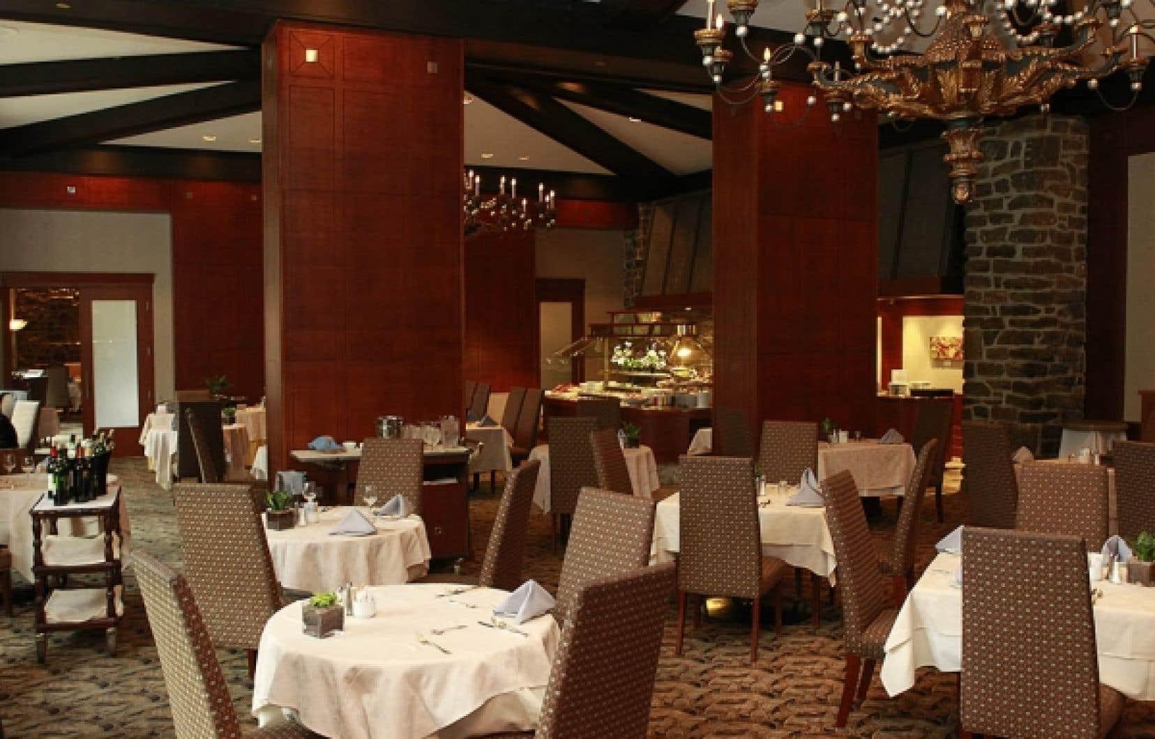 Au restaurant Le Castillon de l'hôtel Hilton Bonaventure, à Montréal, un buffet dressé par sections propose un grand choix de plats froids et chauds ainsi que de desserts offerts suivant la tendance du service en verrine.<br />