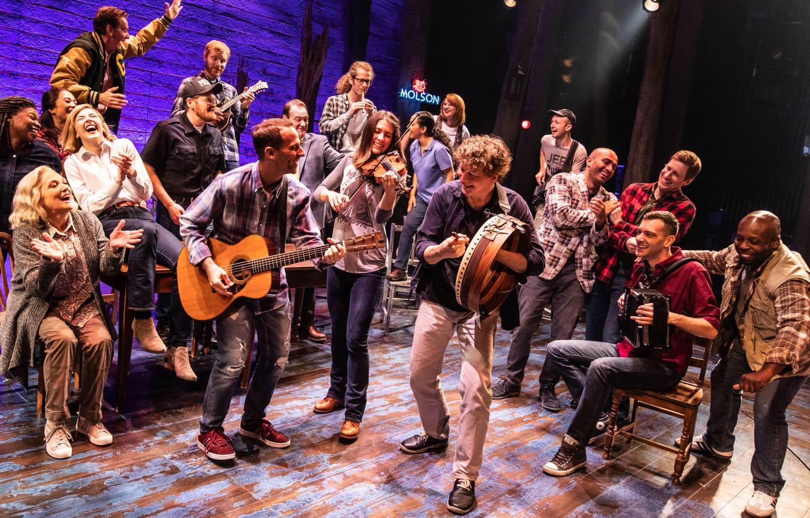 Neuf musiciens et douze interprètes se partagent la scène.