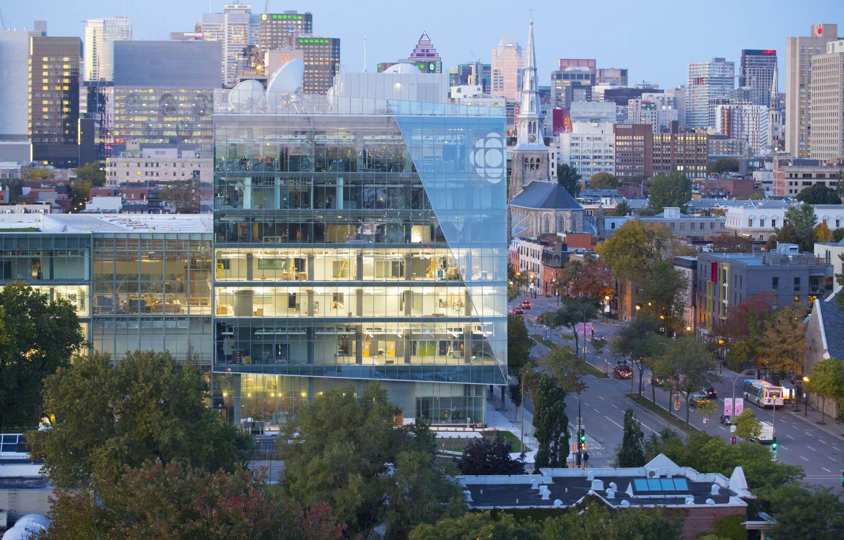 Dans la nouvelle maison de Radio-Canada, les quelque 2500 employés travailleront en aire ouverte, même la direction. Le bâtiment fera environ 400000 pieds carrés, alors que les locaux actuels s'étendent sur 1,3million de pieds carrés.