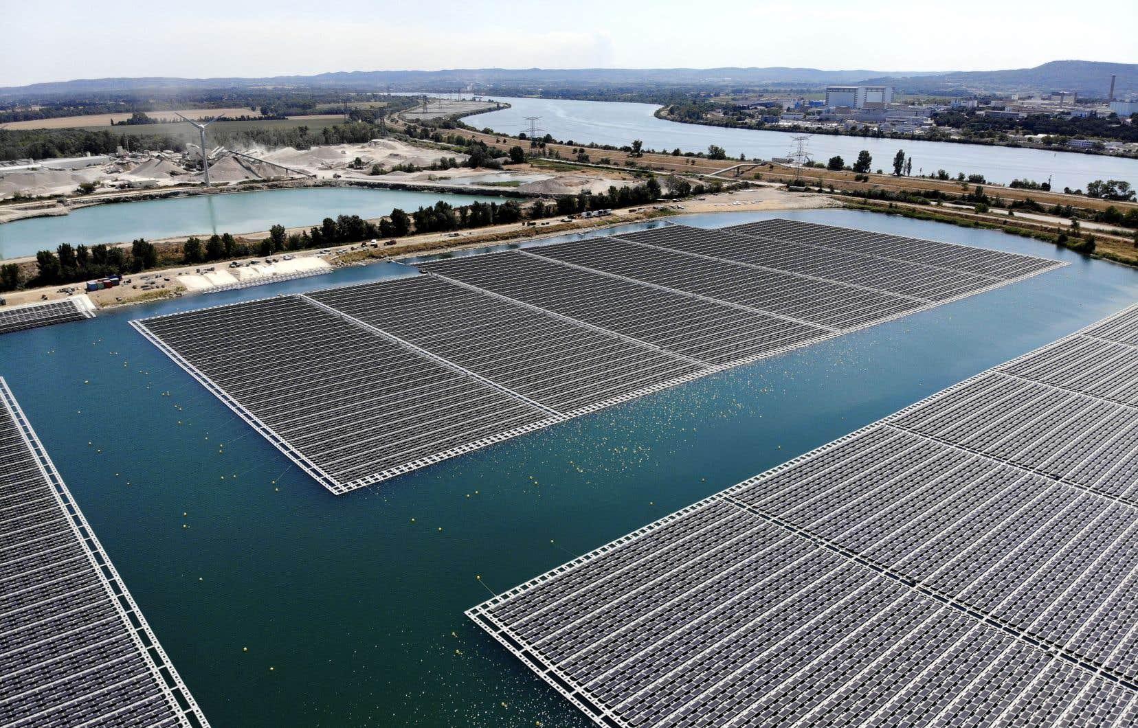 Déjà, les énergies solaire et éolienne coûtent souvent moins cher que celle qui serait produite par une nouvelle centrale fonctionnant aux énergies fossiles.
