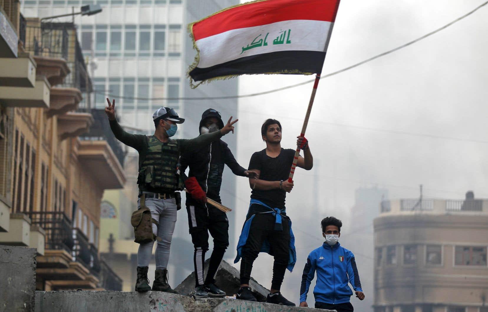 Sur la place Tahrir, épicentre de la contestation à Bagdad, les jeunes manifestants ont abandonné les pierres qu'ils jetaient sur les forces de l'ordre pour célébrer l'annonce de la démission du premier ministre.