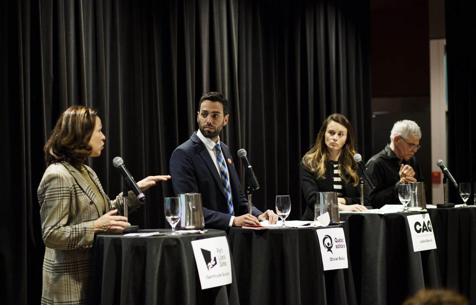 Les quatre candidats, Gertrude Bourdon (PLQ), Olivier Bolduc (QS), Joëlle Boutin (CAQ) et Sylvain Barrette (PQ), ont croisé le fer, mardi, à l'occasion d'un débat organisé par la Confédération des associations d'étudiants et d'étudiantes de l'Université Laval.