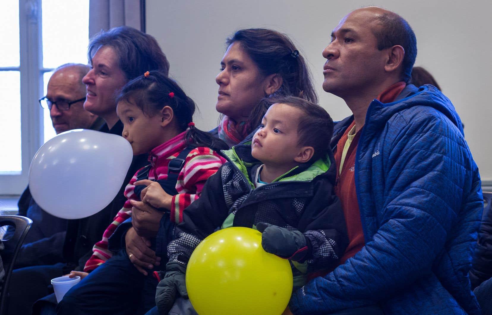 La famille Olano, dont les parents ont adopté deux enfants il y a un mois, assistait dimanche àune conference de presse concernant la reforme du Regime quebecois d'assurance parentale.