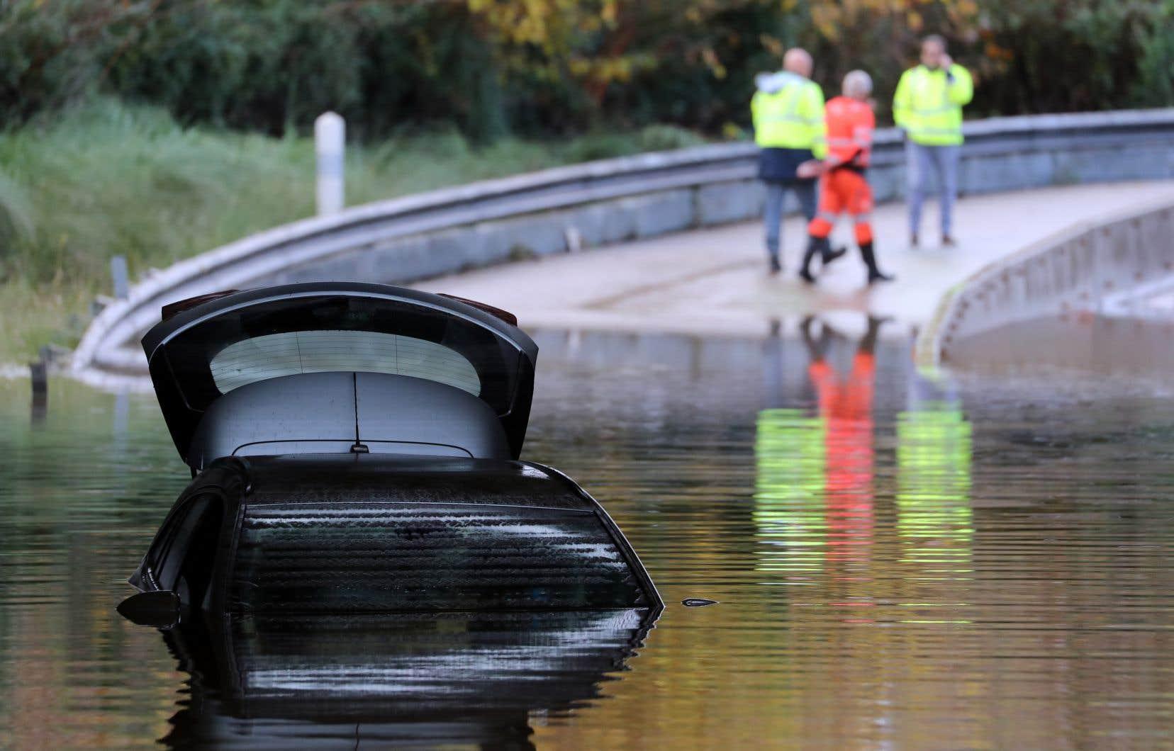 Une route inondée à Mandelieu-la-Napoule, dans le sud de la France, lundi