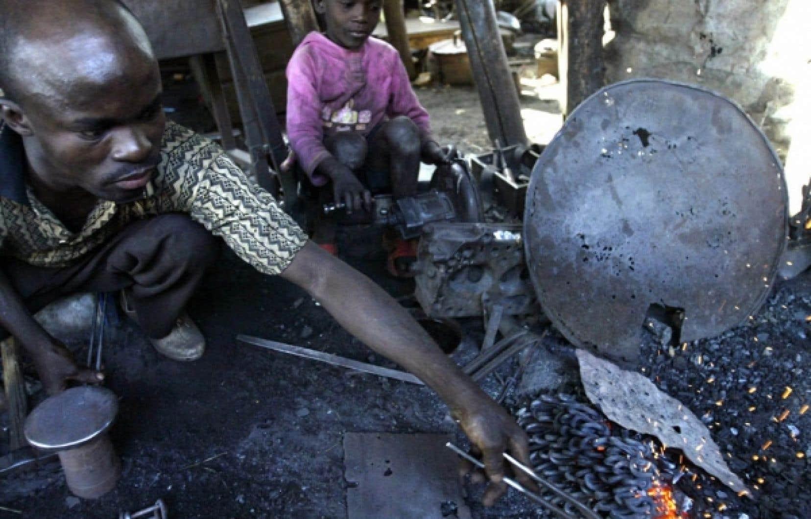 Un père et son enfant au travail à Bamako, au Mali<br />