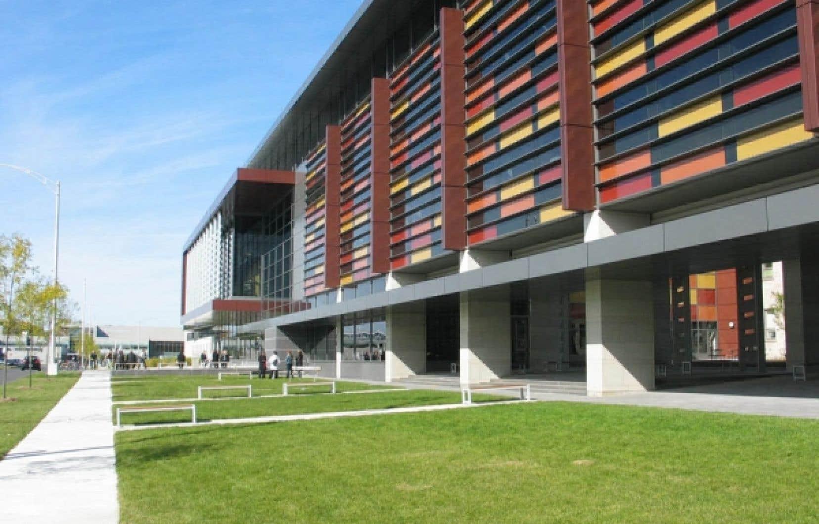 Le nouveau pavillon Ferdinand-Vandry de l'Université Laval est un vaste complexe intégré de formation en sciences de la santé qui accueille aussi les sciences infirmières.<br />