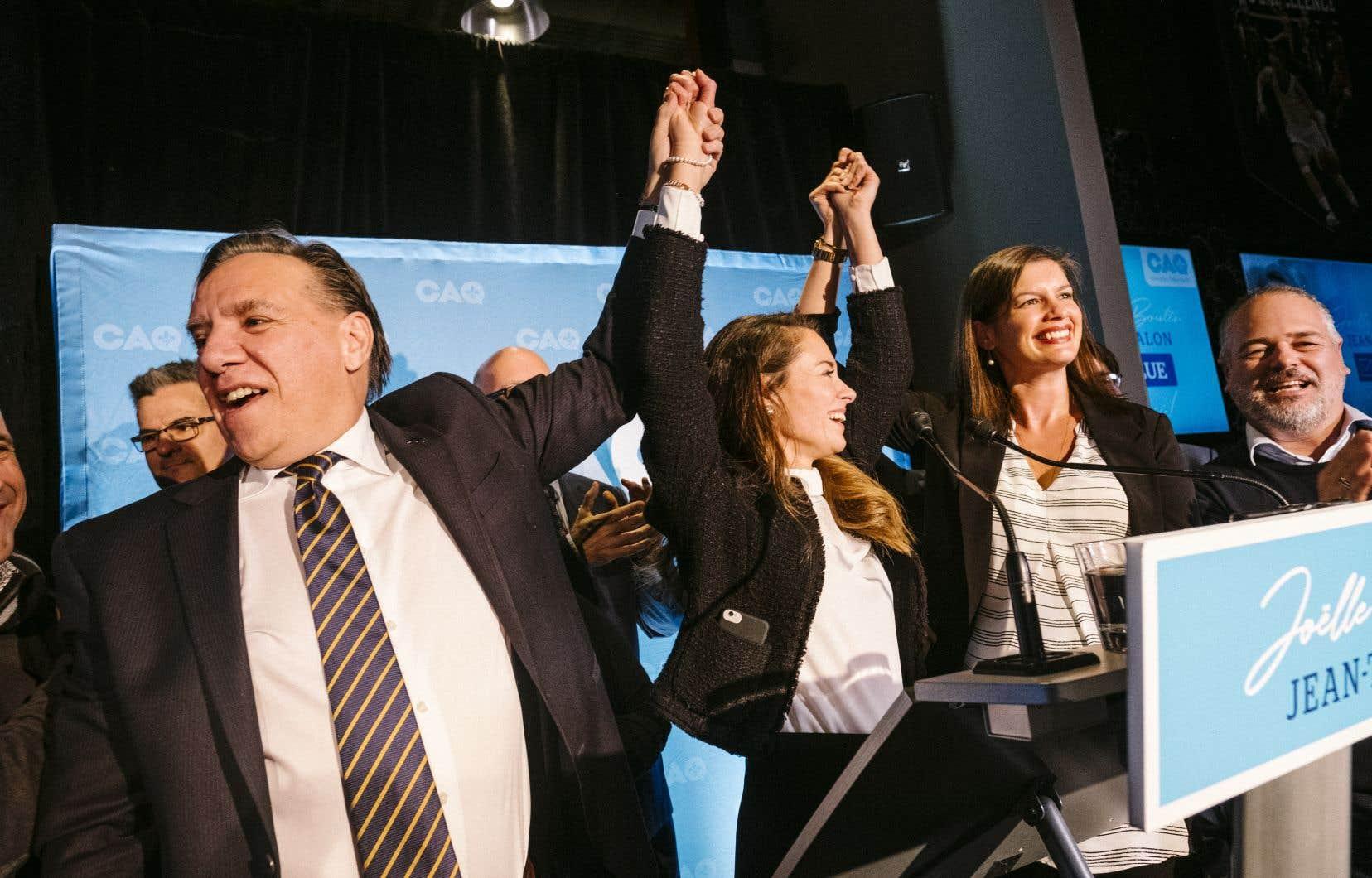 Joëlle Boutin (au centre) entourée de François Legault et de Geneviève Guilbeault pour célébrer sa victoire dans Jean-Talon.