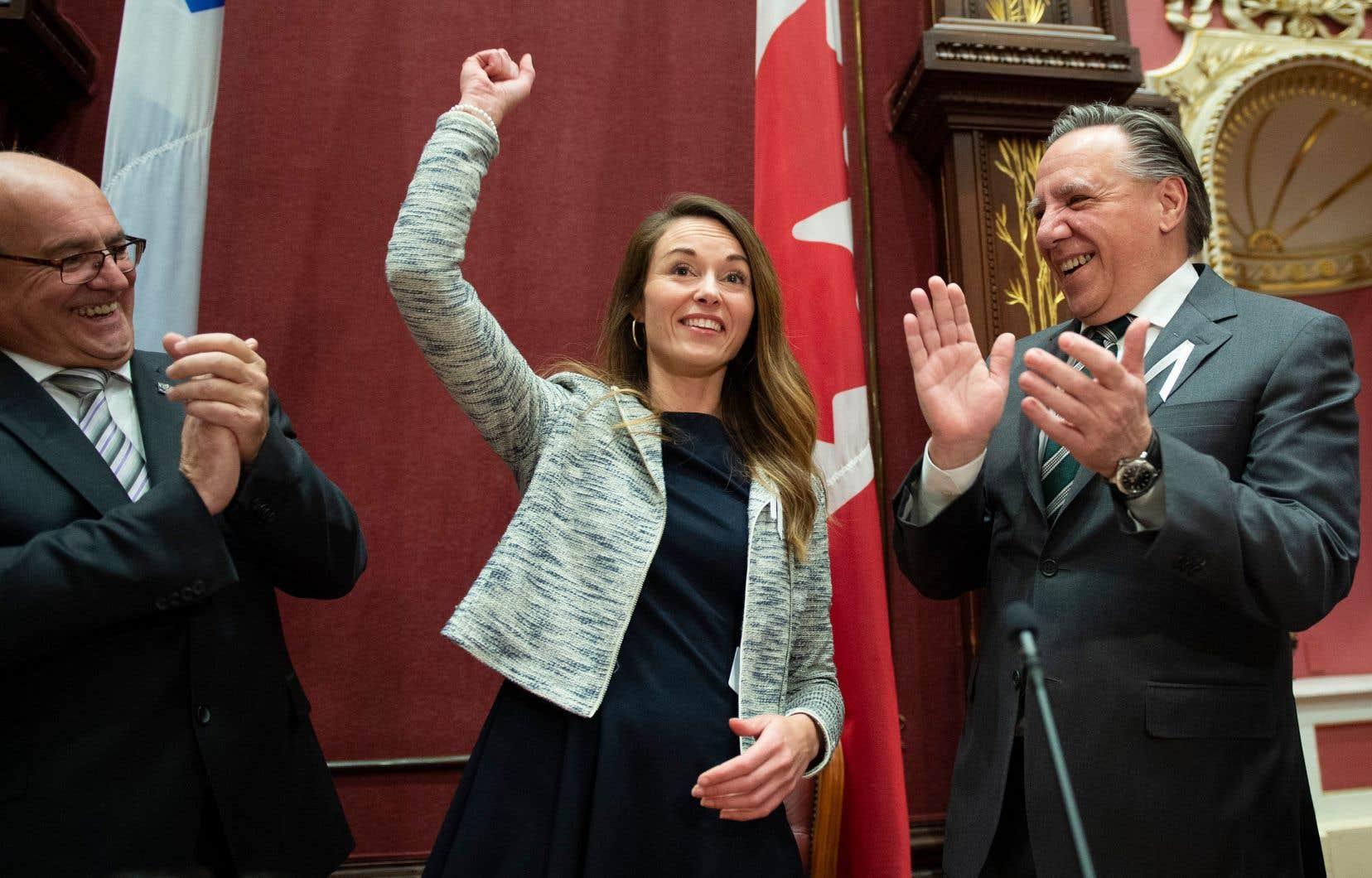 Le chef de la CAQ et premier ministre du Québec, François Legault, était bien fier de présenter à son caucus de députés la nouvelle élue de Jean-Talon, Joëlle Boutin. Mario Laframboise les accompagne sur la photo.