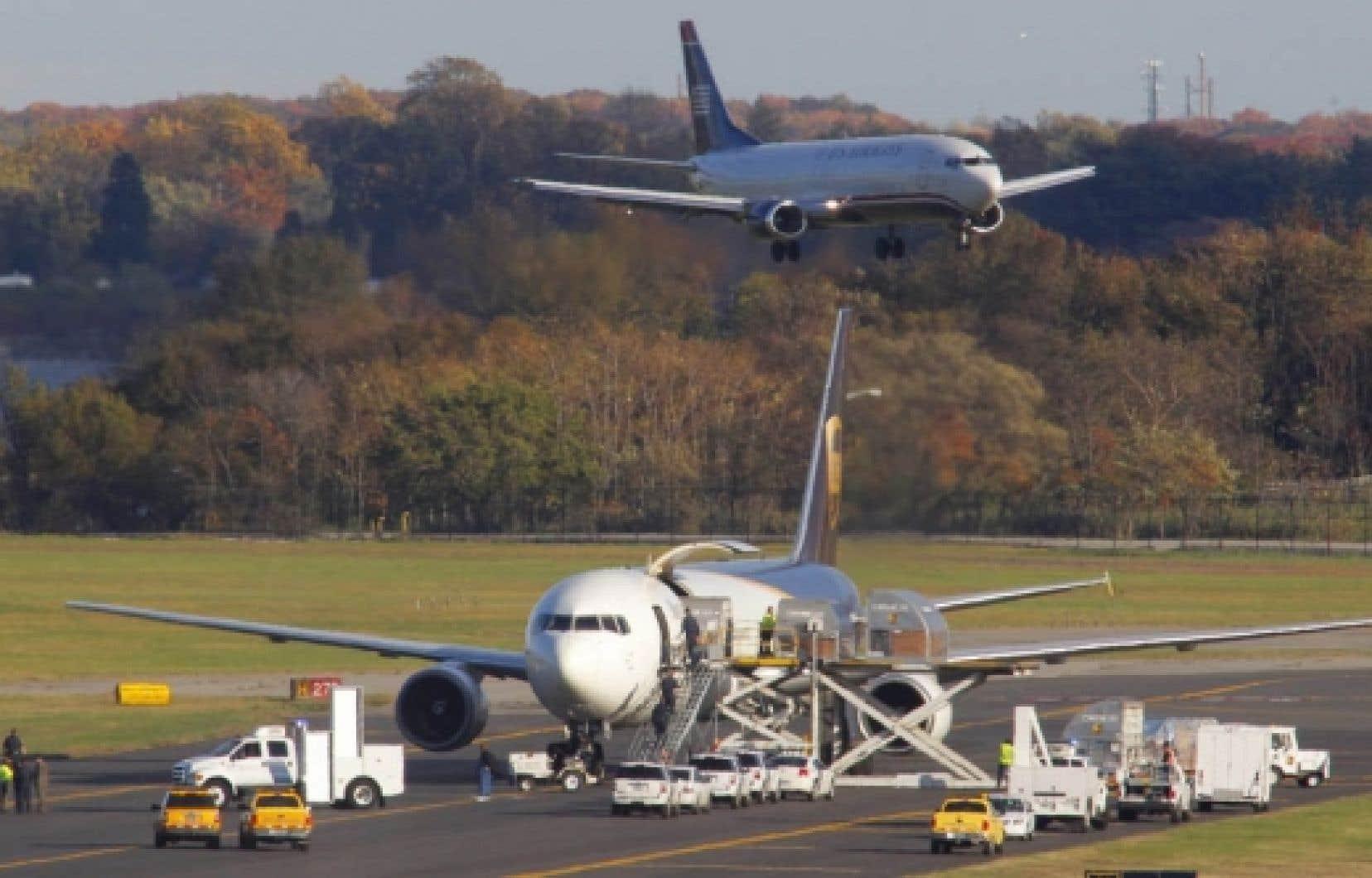 Fouille d'un avion cargo de la compagnie UPS à Philadelphie, hier<br />