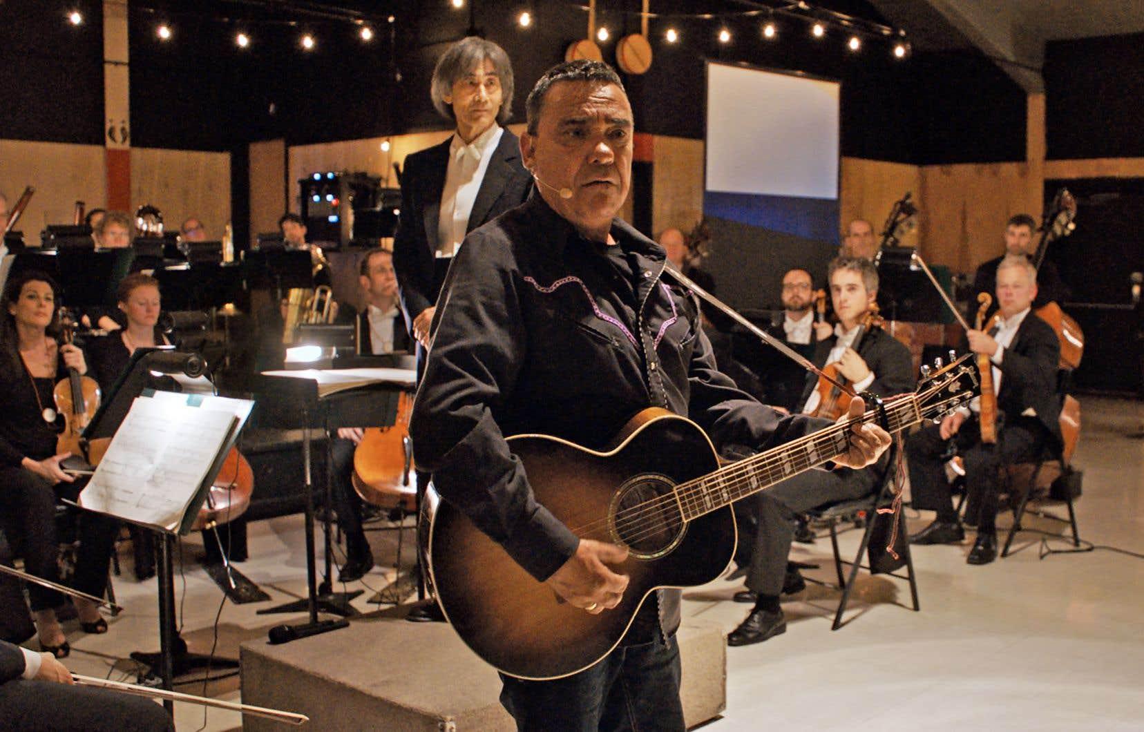 L'auteur-compositeur-interprète Florent Vollant (avant-plan) assure la narration innue de «Chaakapesh», en compagnie de Kent Nagano (arrière-plan) et de l'OSM dans le Nord québécois.