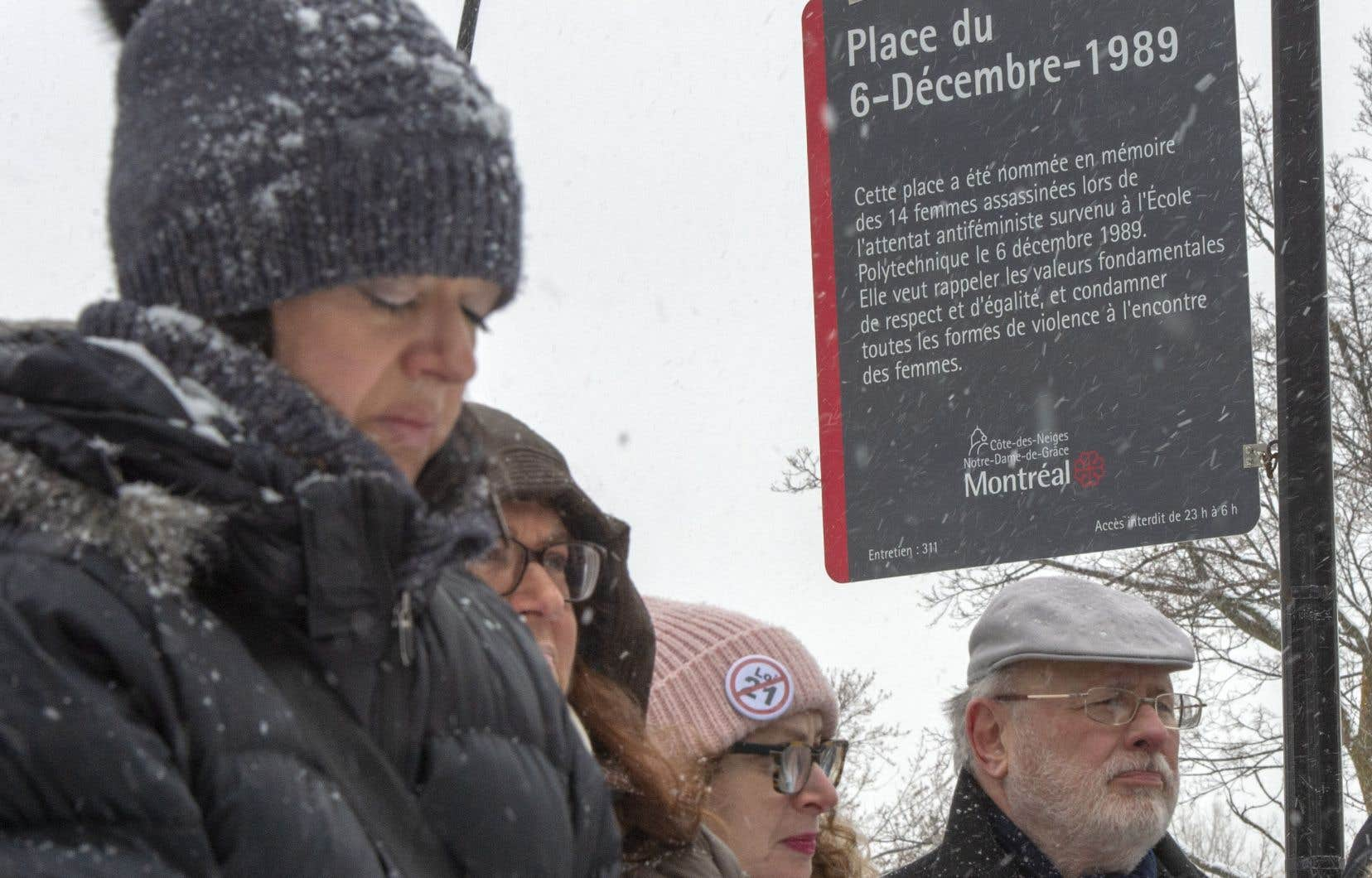 Un nouveau panneau commémorant la mémoire des 14 femmes assassinées a été inauguré jeudi à la place du 6-Décembre-1989, à Montréal.