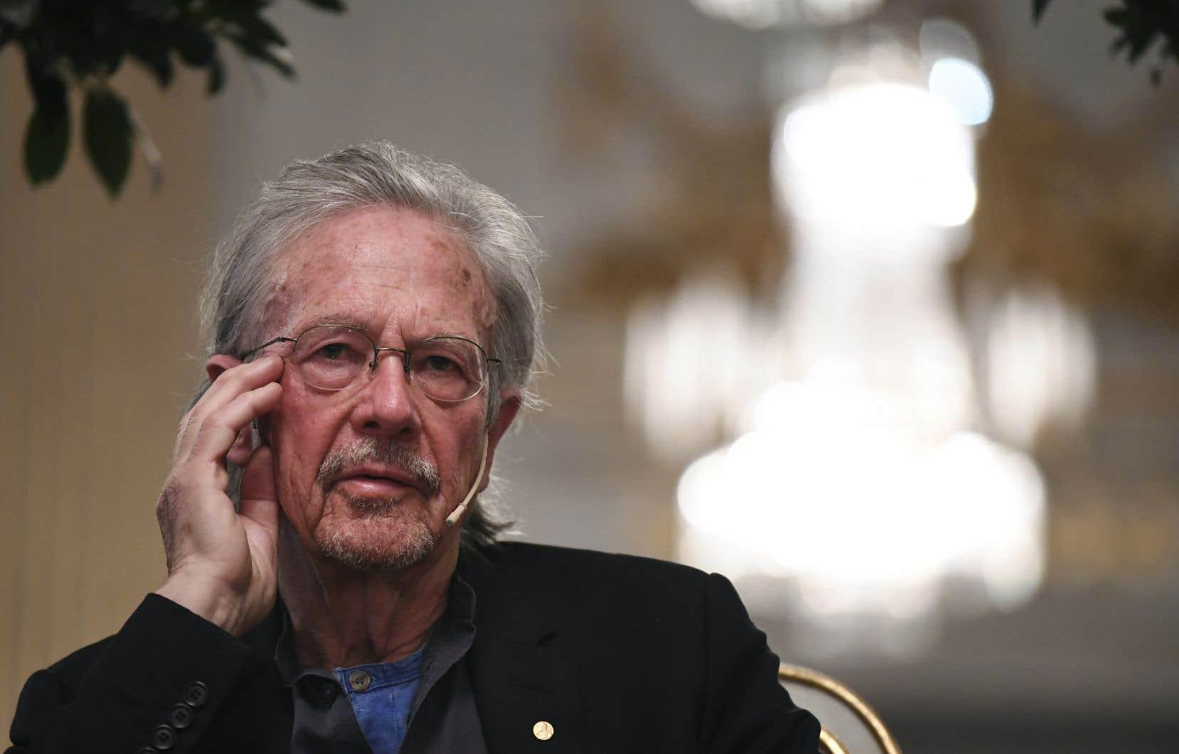 «J'aime la littérature, pas les opinions», a rétorqué Handke à une journaliste qui lui demandait s'il avait changé d'opinion sur ce qui s'était passé dans les Balkans dans les années 1990.