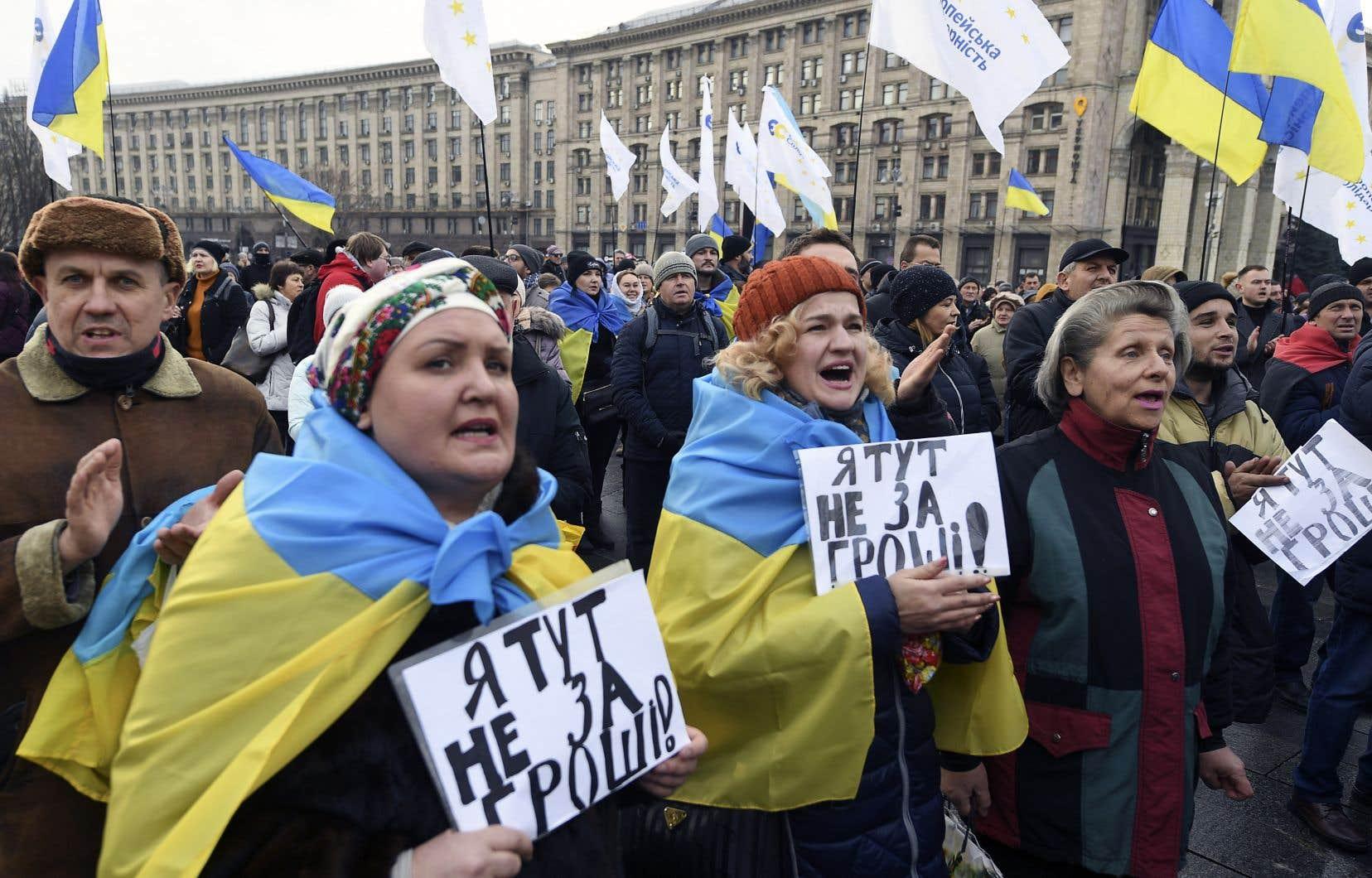 Dimanche, environ 5000 personnes sont descendues dans les rues de Kiev pour exhorter M.Zelensky à ne pas céder à la pression de son homologue russe.