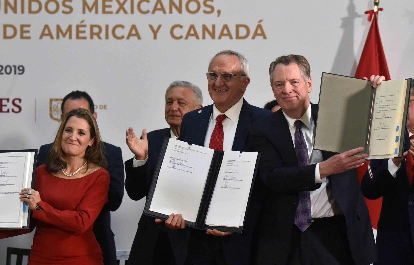 La vice-première ministre canadienne Chrystia Freeland a apposé sa signature aux côtés de celles du représentant américain au Commerce, Robert Lighthizer, et de son homologue mexicain Jesus Seade.
