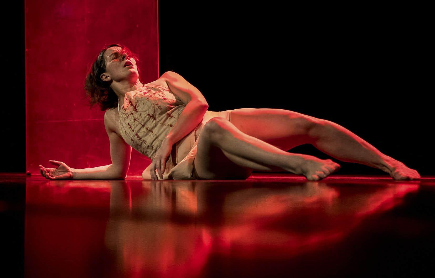 Caroline Laurin-Beaucagepuise dans les traces laissées dans son corps par 200heures d'expérimentations dans l'espace public pour créer et interpréter un solo entremêlant danse, vidéo, son et lumière.