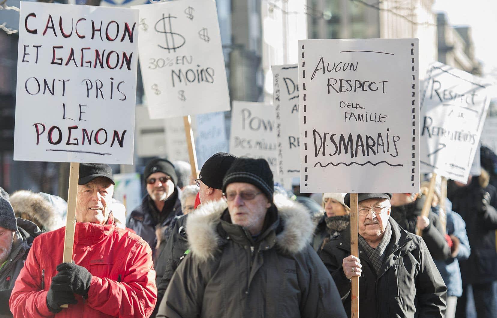 Les retraités des quotidiens de GCM manifestent devant les bureaux de Power Corporation à Montréal.