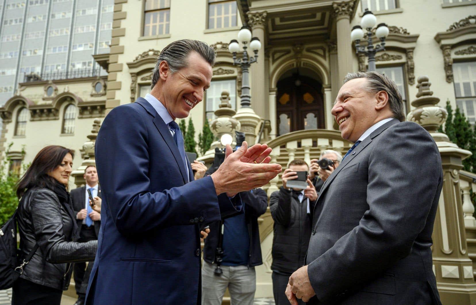 Le gouverneur de la Californie, Gavin Newsom, et le premier ministre du Québec, François Legault, devant le manoir Leland Stanford, à Sacramento