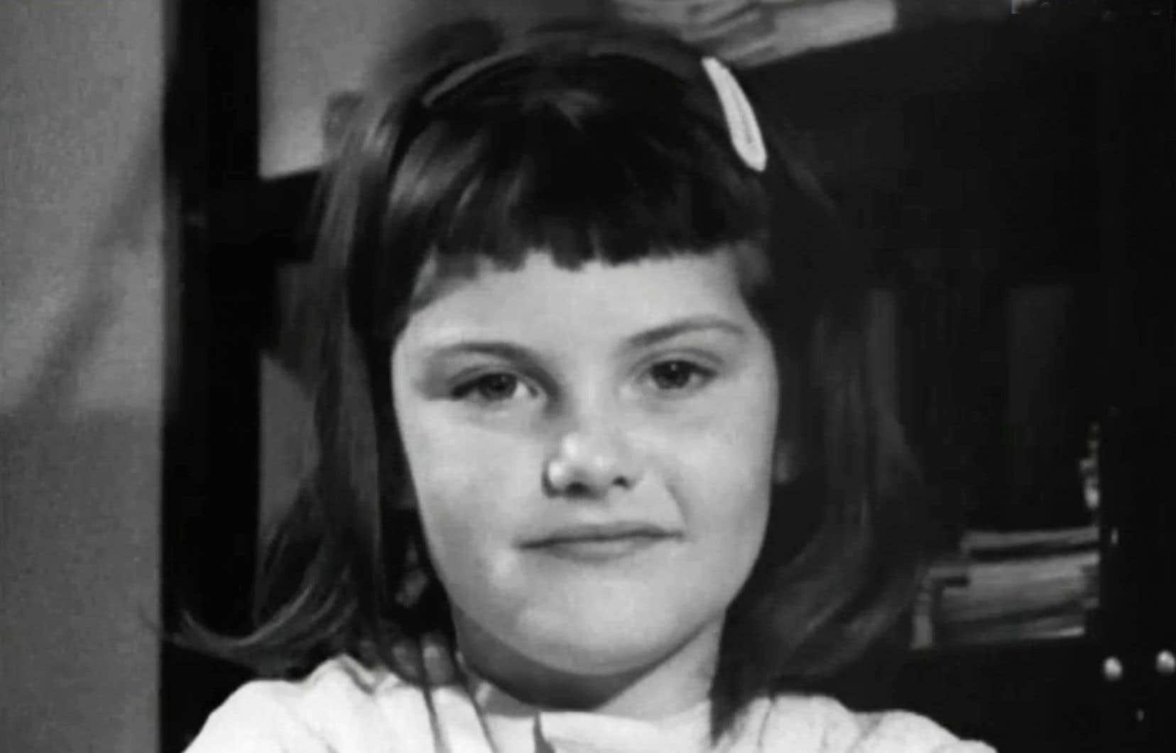 Sue, que l'on voit ici à 7 ans, est aujourd'hui à l'aube de la retraite après une carrière bien remplie, un modèle de résilience avec un perpétuel sourire.