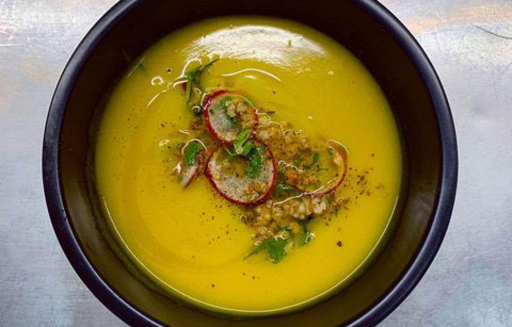 Pour la garniture, mélanger le tout dans un bol et garnir chaque portion de soupe avecquelques cuillerées du mélange de boulgour.