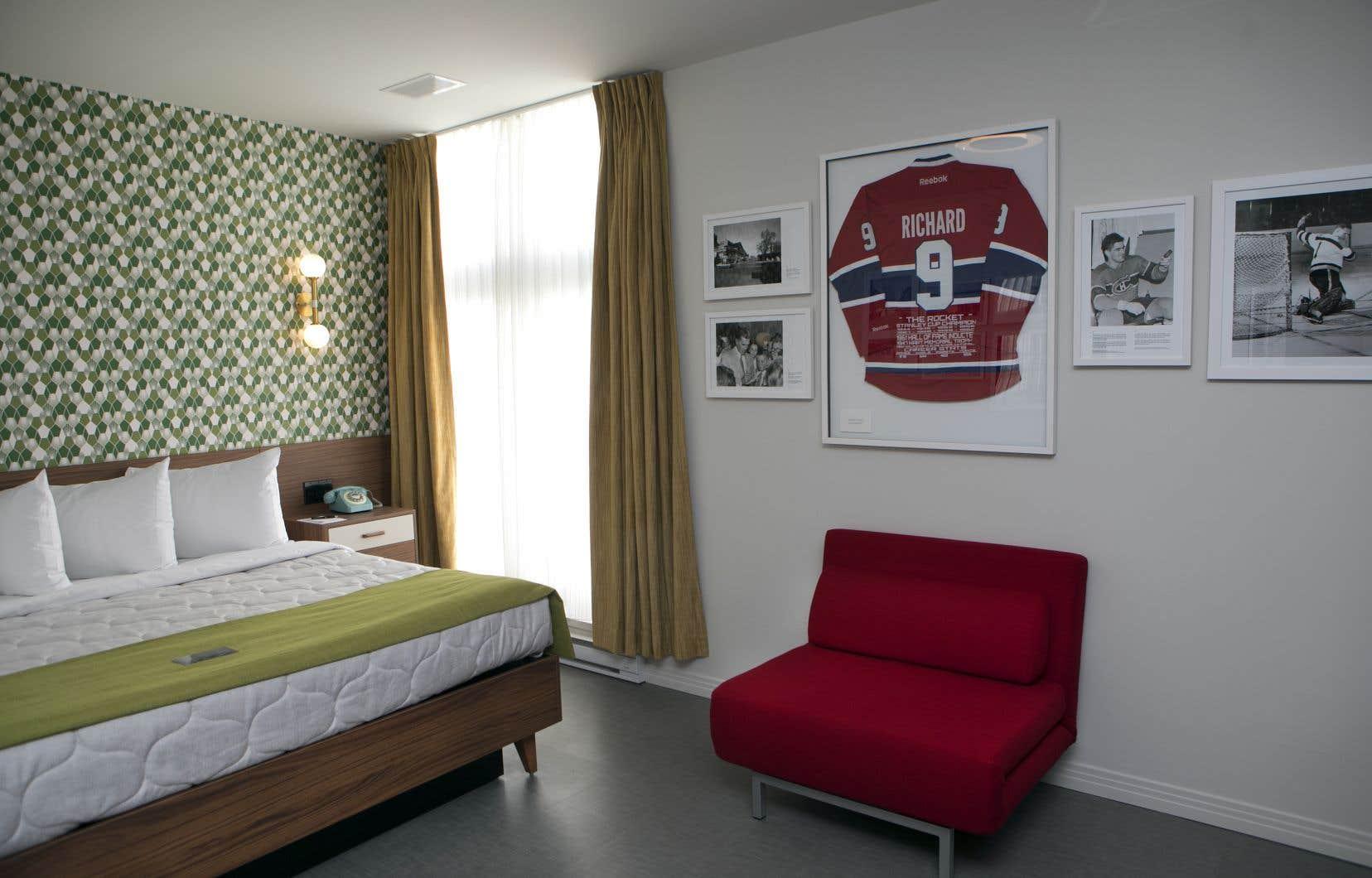 Au 4e étage, une chambre porte les couleurs de la Sainte-Flanelle et rend hommage  à Maurice Richard. Mais fierté et nostalgie partagent la scène sur les quatre étages de l'immeuble, qui se parcourent comme  un musée.