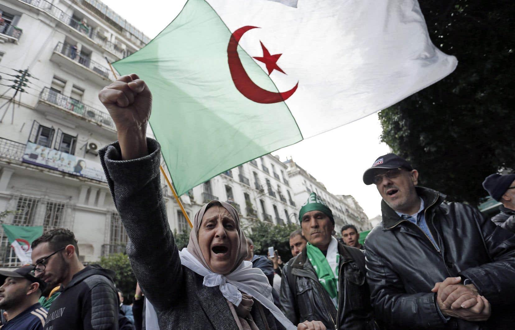 Une véritable marée humaine a envahi le centre d'Alger vendredi pour conspuer le nouveau chef de l'État.