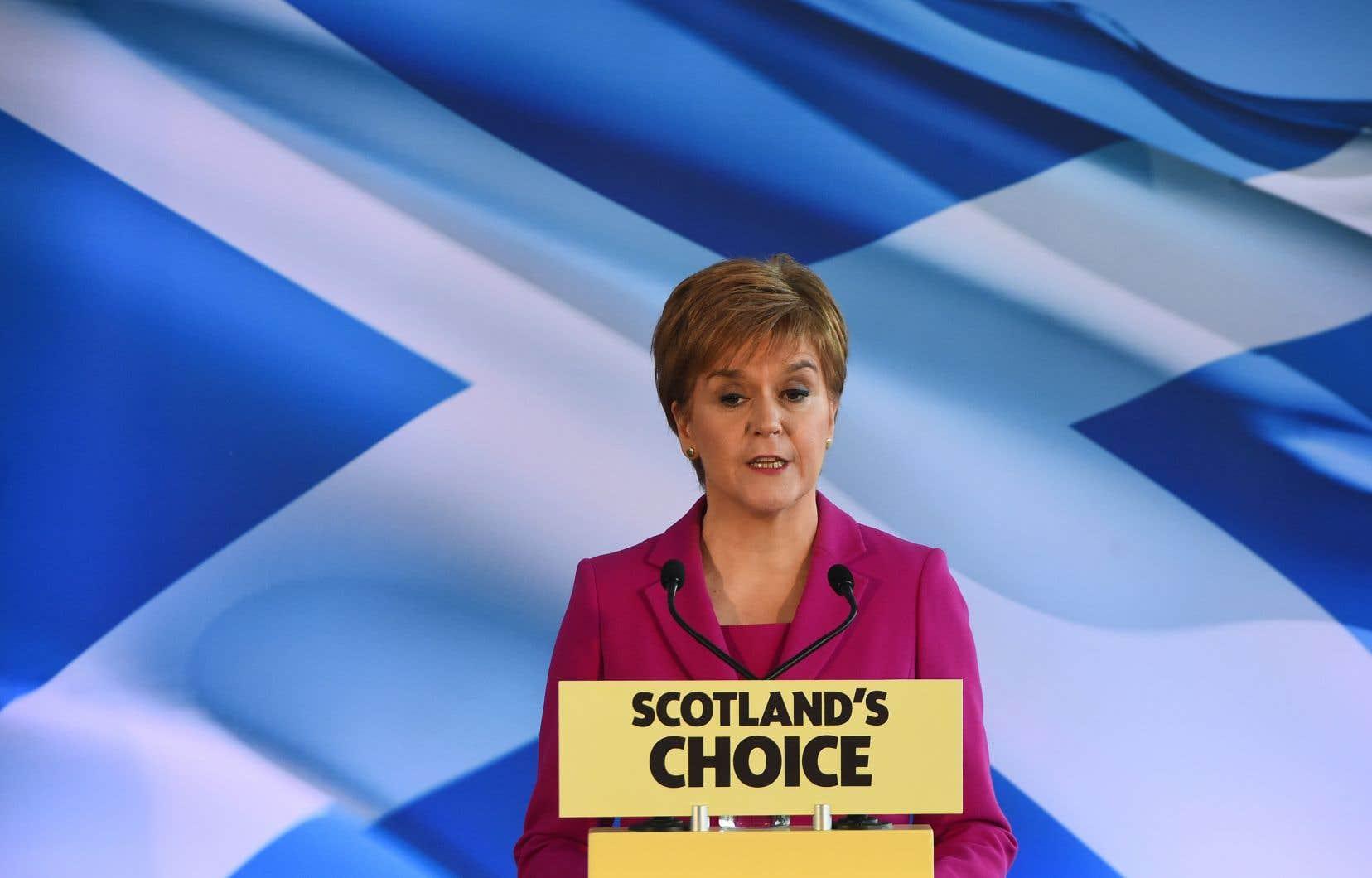 Peu après l'annonce des résultats, la première ministre écossaise Nicola Sturgeon a estimé que ce scrutin laisse l'Écosse et le reste du Royaume-Uni sur des «chemins divergents».