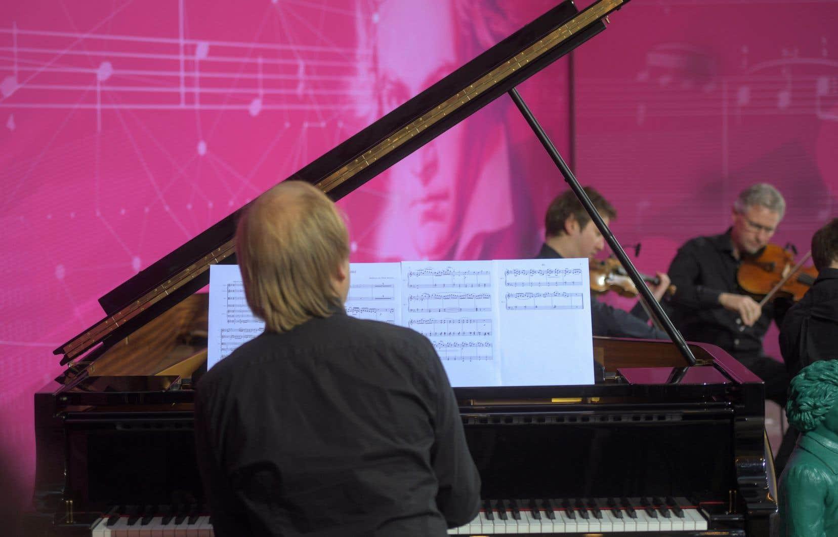Un quatuor à cordes et un pianiste interprètent la 10e Symphonie de Beethoven réalisée à l'aide de l'intelligence artificielle, à Bonn, le 13 décembre.