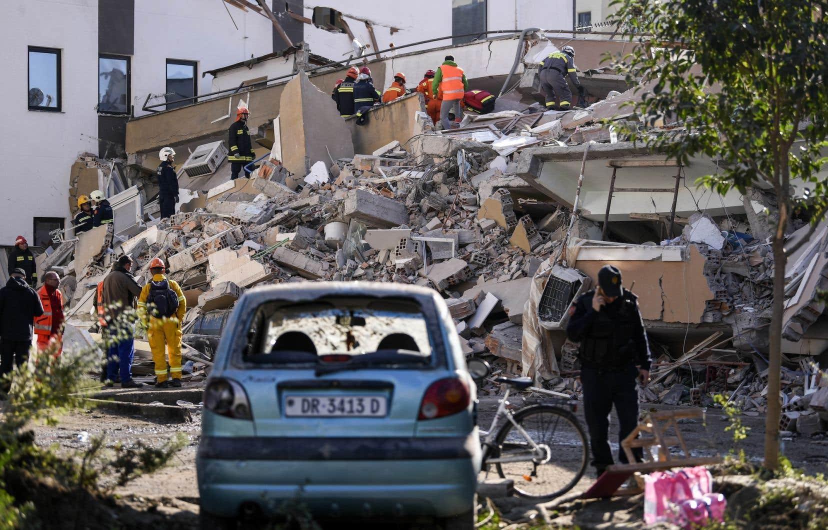 Des secouristes et des pompiers recherchent des survivants coincés sous les décombres d'un immeuble effondré dans la ville de Dürres, dans l'ouest de l'Albanie.