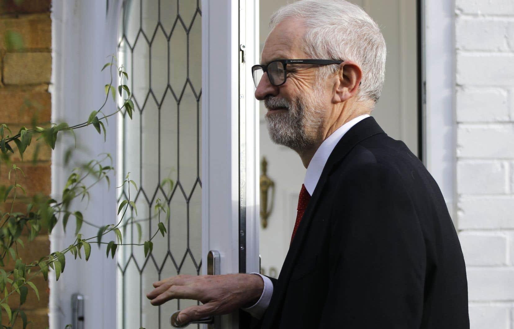 Jeremy Corbyn aouvert la porte à une succession d'ici les prochaines élections mais dit vouloir rester en poste dans l'immédiat.