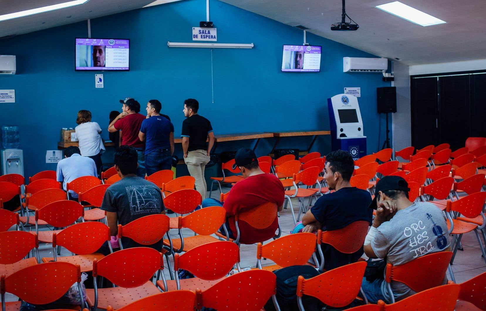 Une grande salle attend les déportés qui débarquent, jouxtée de cubicules où chacun est soumis à une brève entrevue qui se résume, nous dira l'un d'entre eux, à des questions générales — date de naissance, domicile,etc.