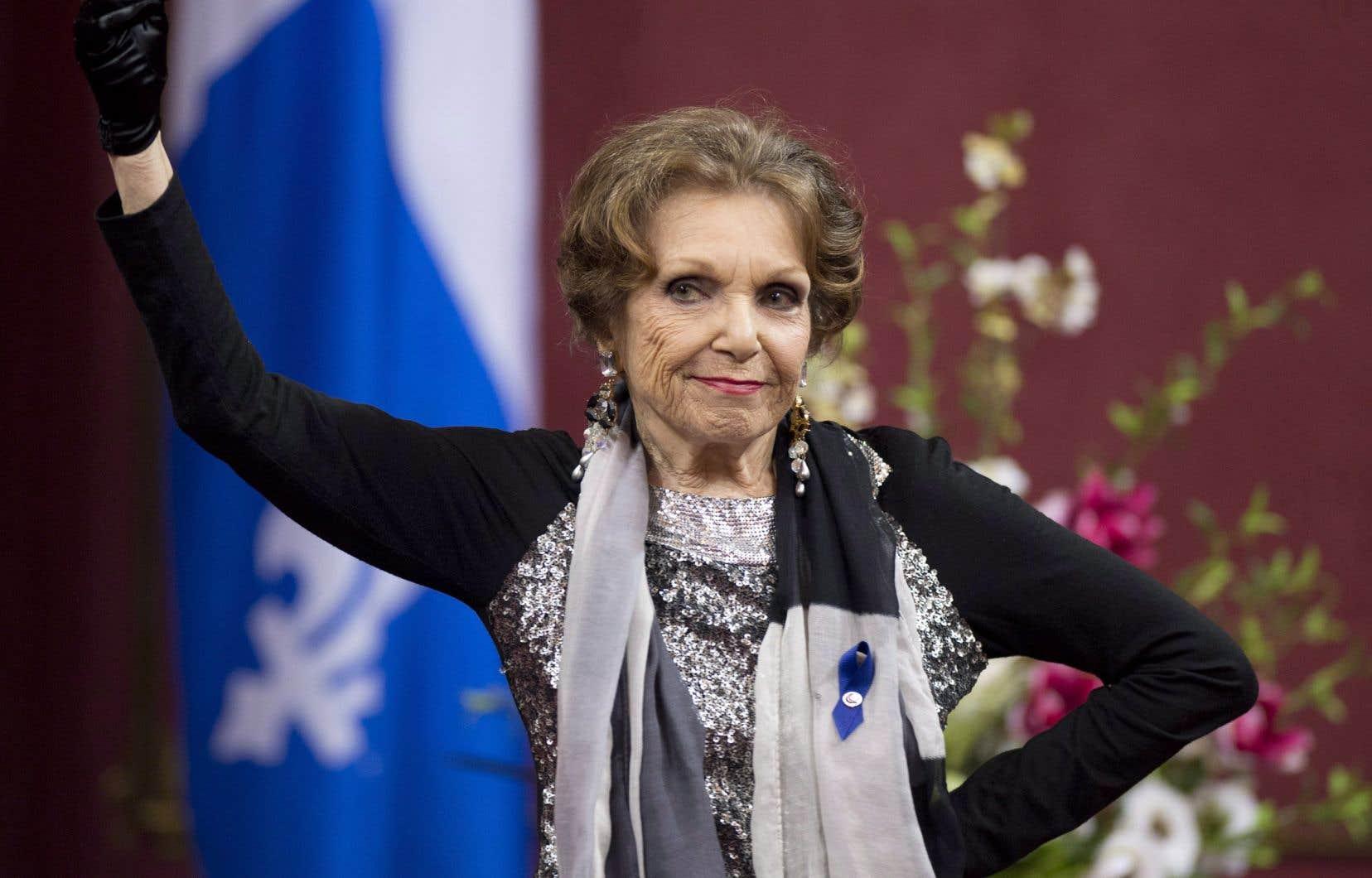 Monique Leyrac recevant le prix Denise-Pelletier en 2013