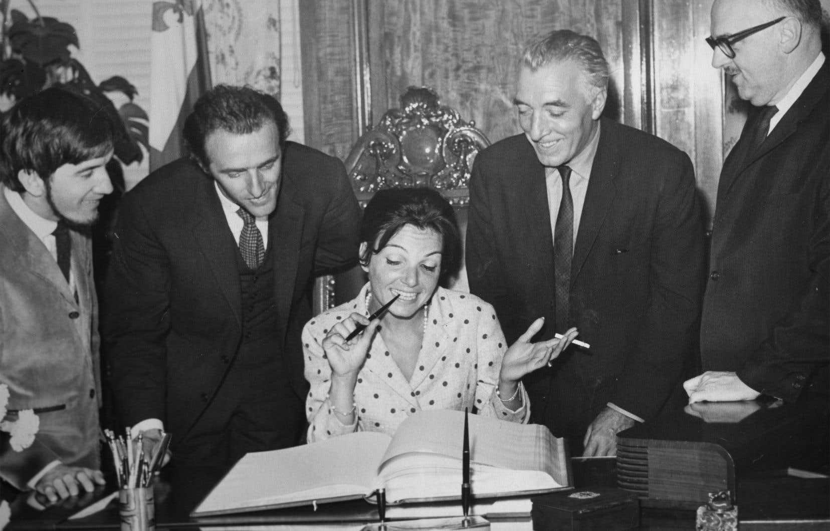 Monique Leyrac de retour de Sopot, à la mairie de Montréal, pour signer le livre d'or, entourée de Dédé Gagnon, Gilles Vigneault, le comédien Jean Dalmain son mari, et Monsieur le maire.