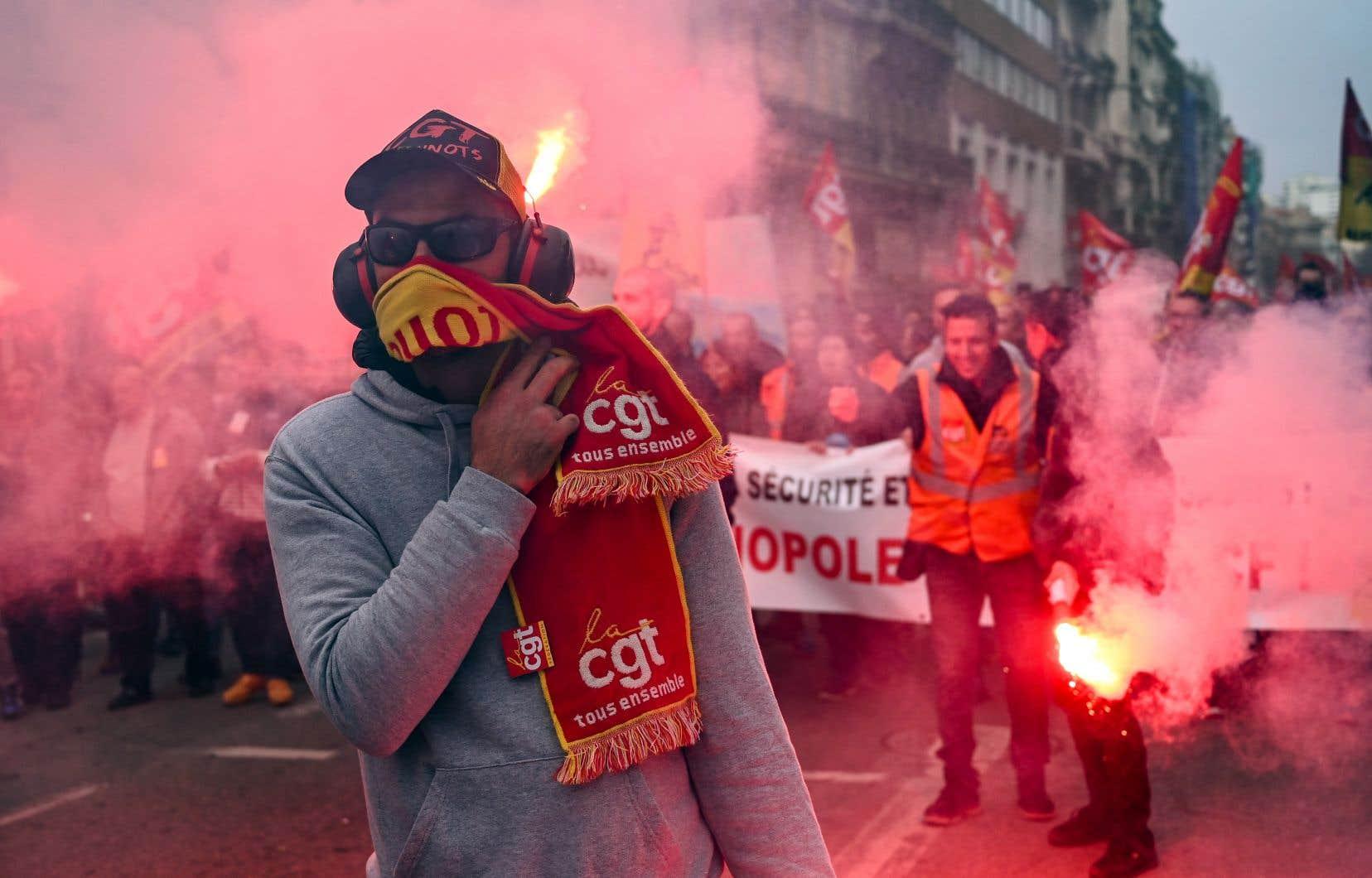 Des protestataires ont allumé des feux de détresse pendant une manifestation à Marseille, mardi, contre la réforme des retraites par le gouvernement Macron.