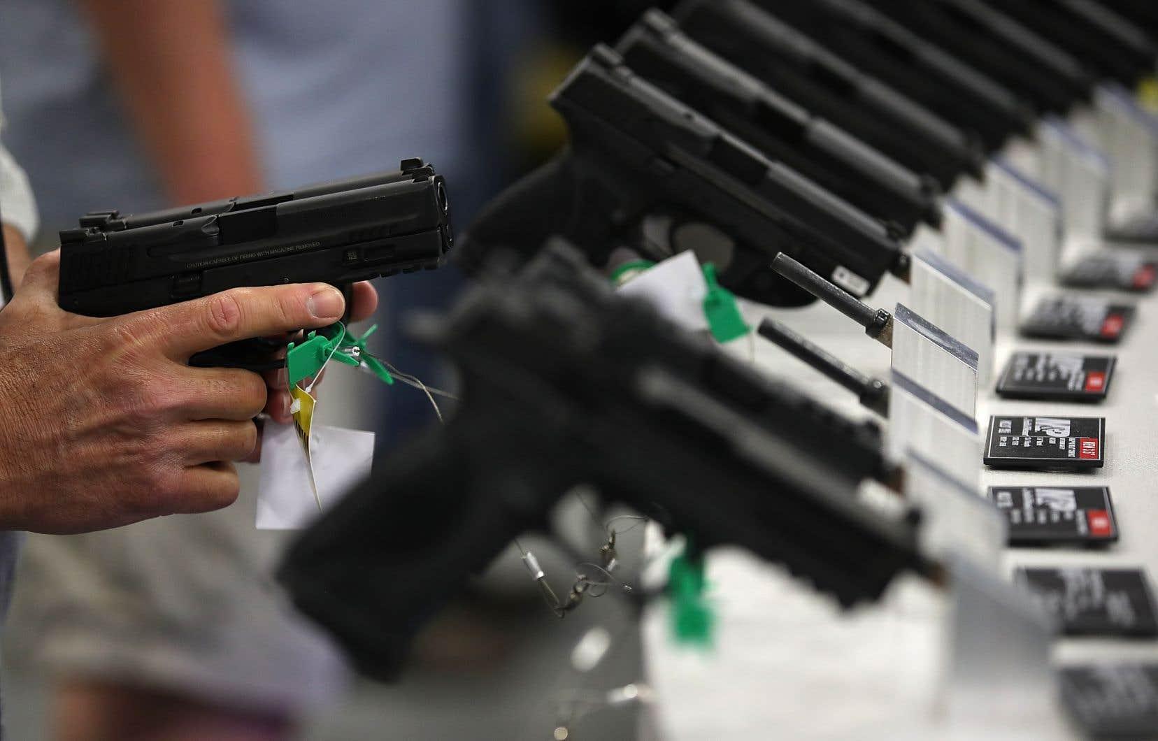 L'arme de poing utilisée lors de la fusillade est un produit «ultra dangereux conçu spécifiquement pour blesser ou tuer des gens», plaident les plaignants.
