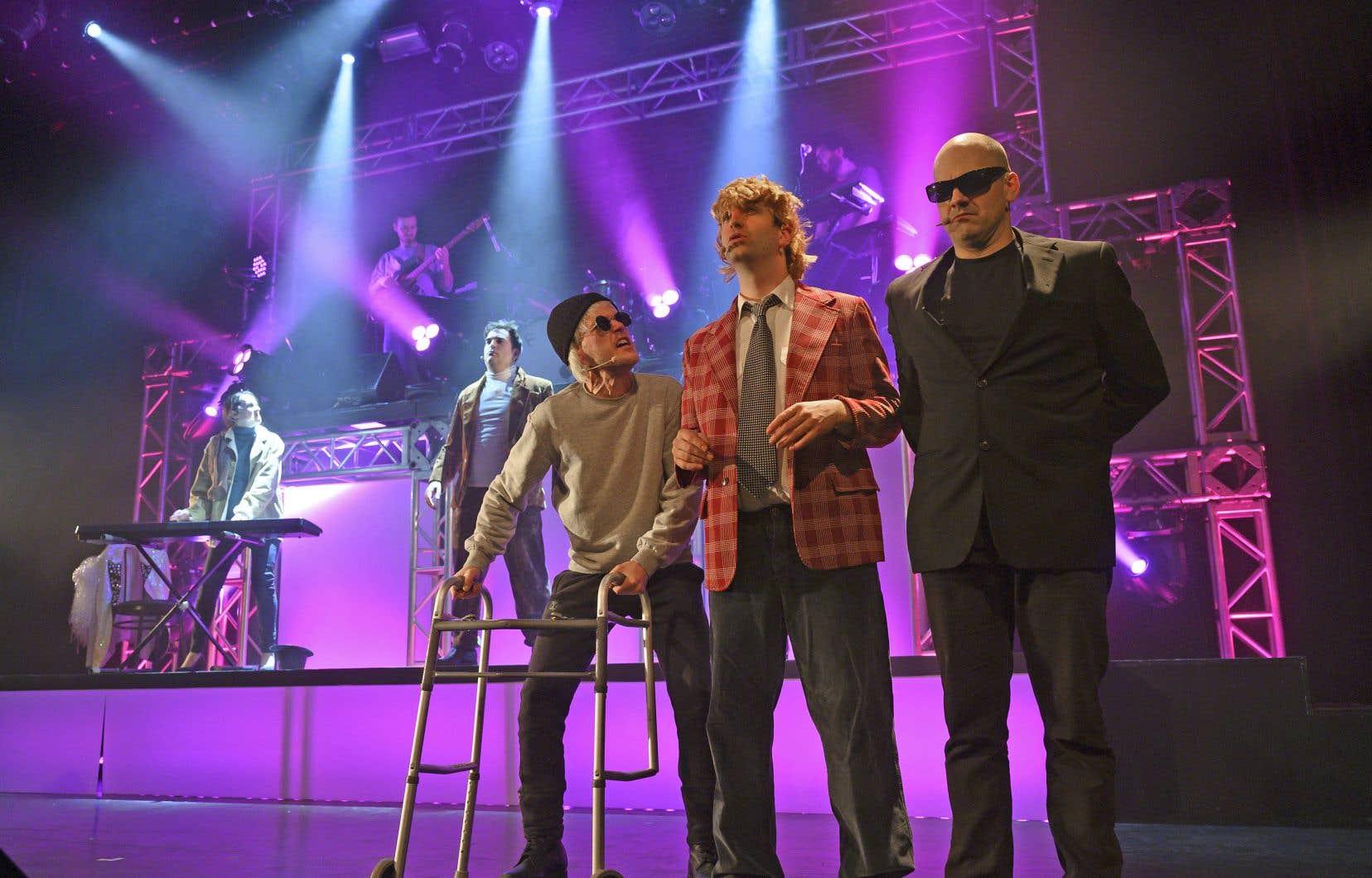 Nouveauté cette année: un trio de musiciens présent sur scène rythme le spectacle.