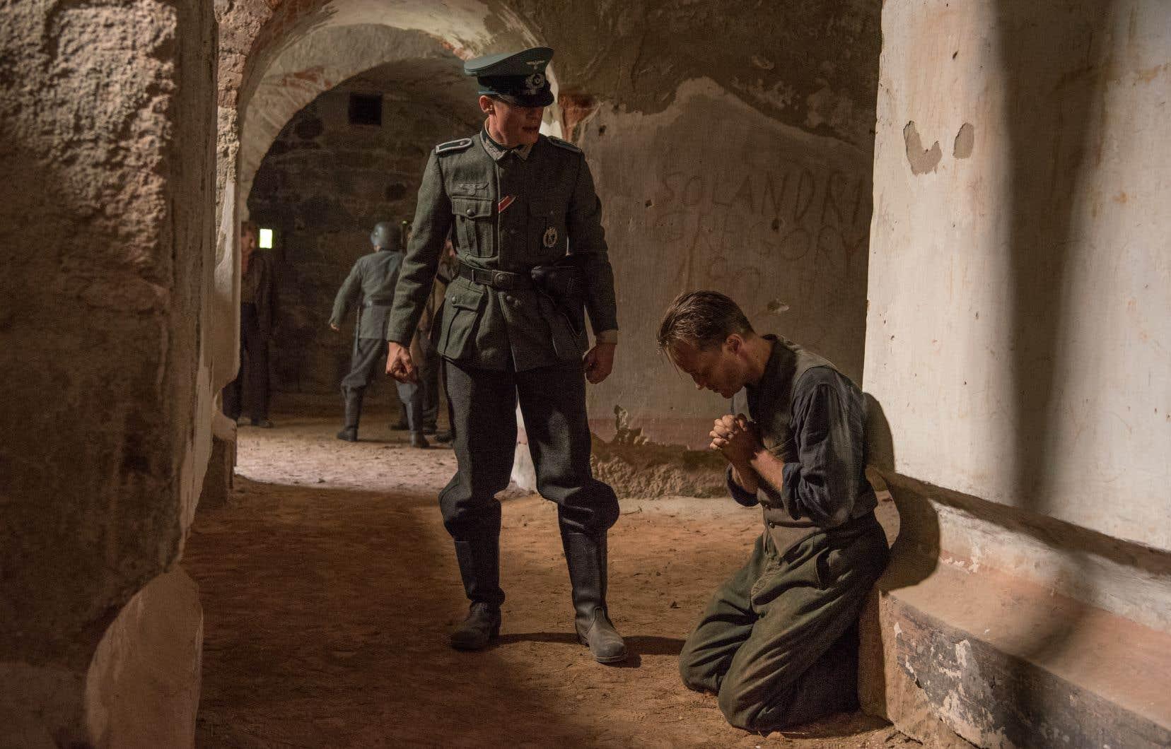«La vie cachée»raconte le combat solitaire de Franz Jägerstätter, un fermier, bon catholique et père de famille qui a payé cher son refus de s'enrôler comme soldat nazi.