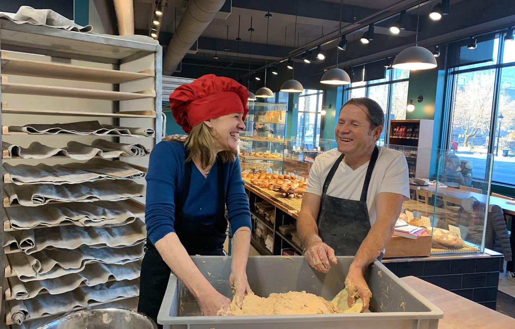 Joblo et le boulanger Dominique Gauvrit, de la boulangerie Jarry, créent des liens, les deux mains dans le pétrin. Le pain n'est jamais que du pain...