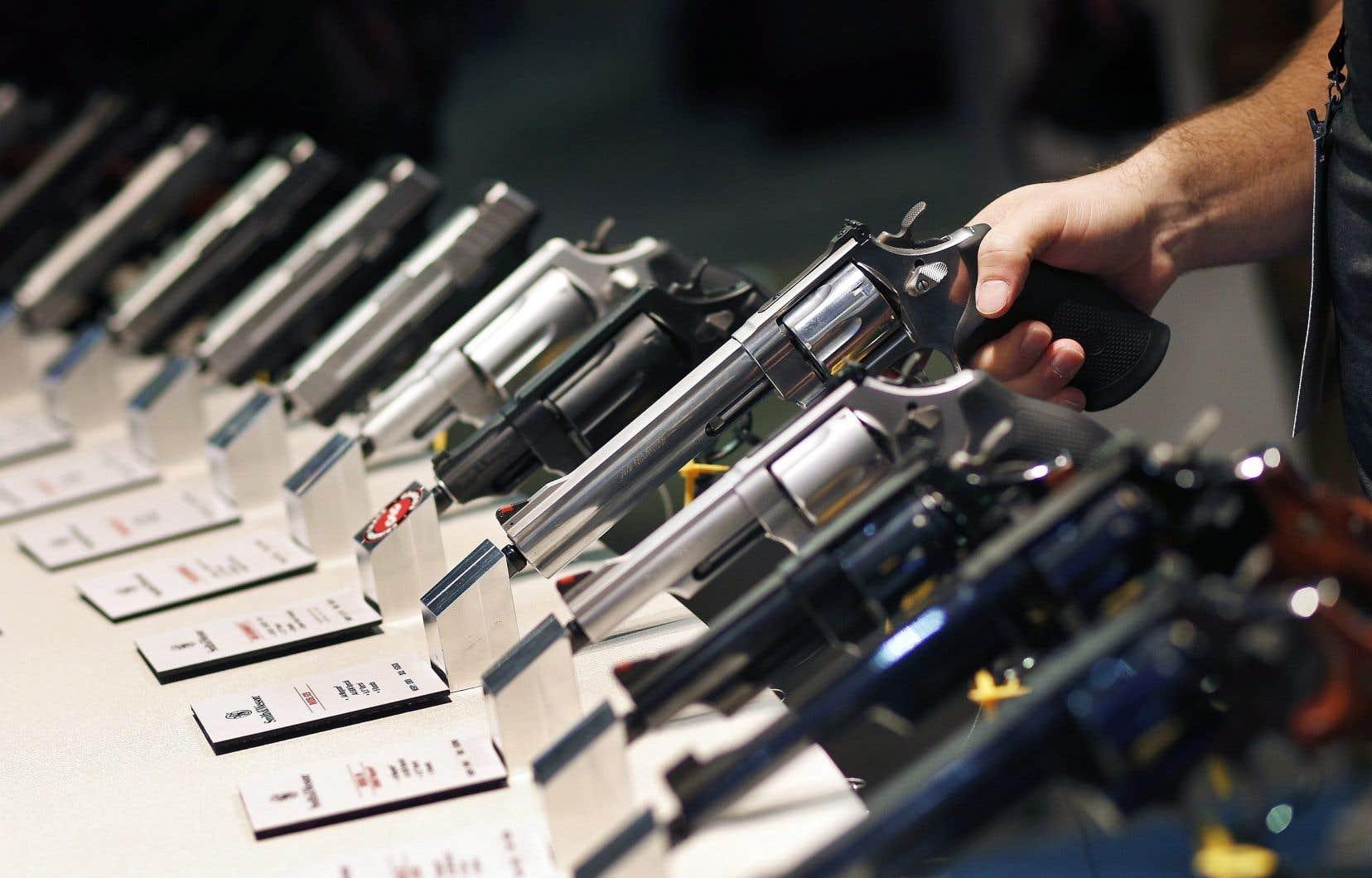 Le gouvernement Trudeau prévoit habiliter les provinces et les villes à prendre des mesures pour gérer l'entreposage et l'utilisation des armes de poing sur leur territoire.