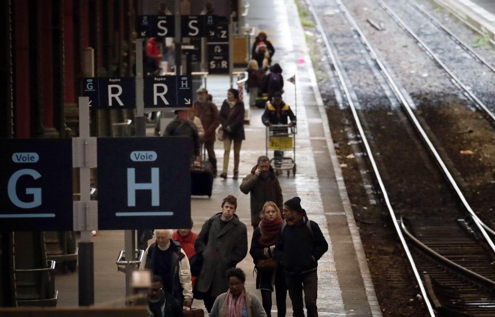 Dans les gares du pays, l'épuisement a gagné beaucoup d'usagers.