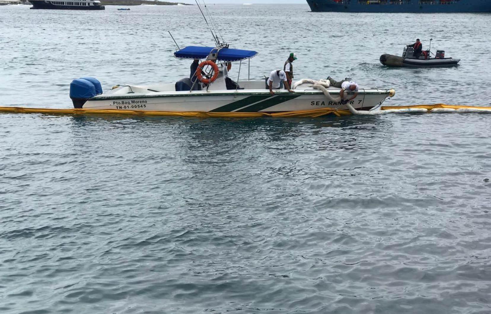 <p>Du personnelmilitaire et environnemental placentdes barrières de contention après le naufrage d'une barge contenant près de 2300 litrede diesel.</p>