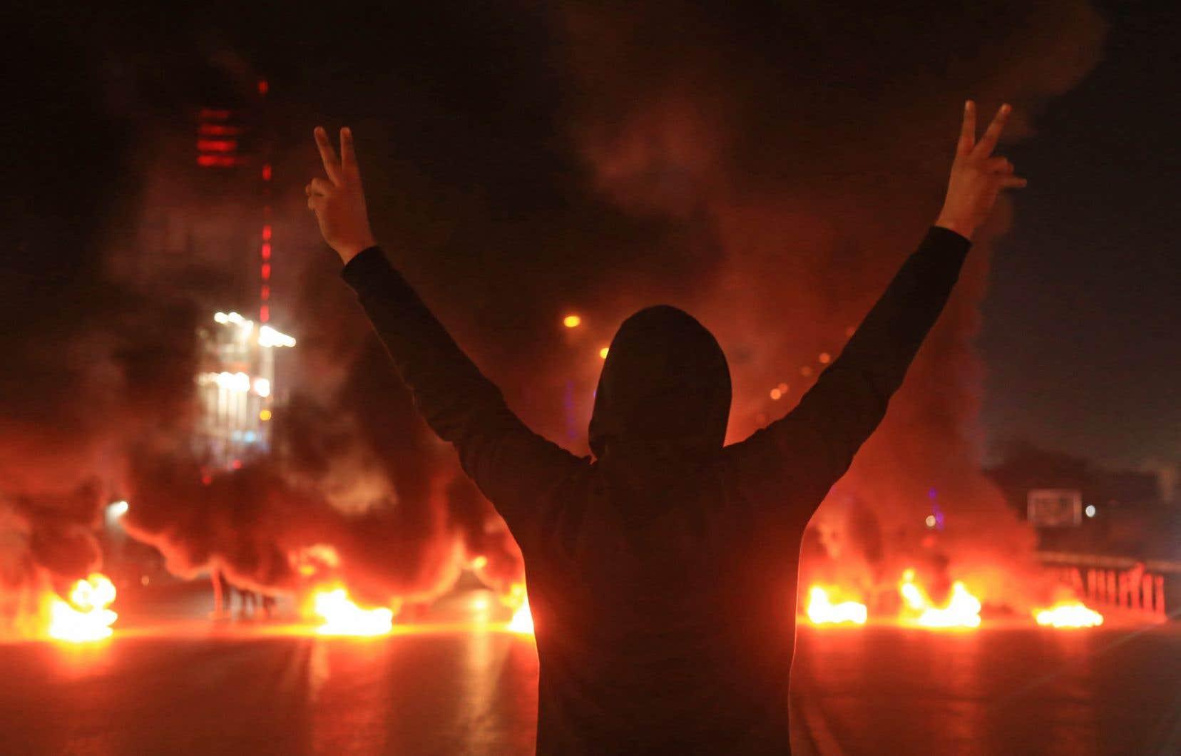 Les manifestants ont dit leur colère dimanche en faisant brûler des pneus en travers d'autoroutes ou d'avenues des centres-villes.