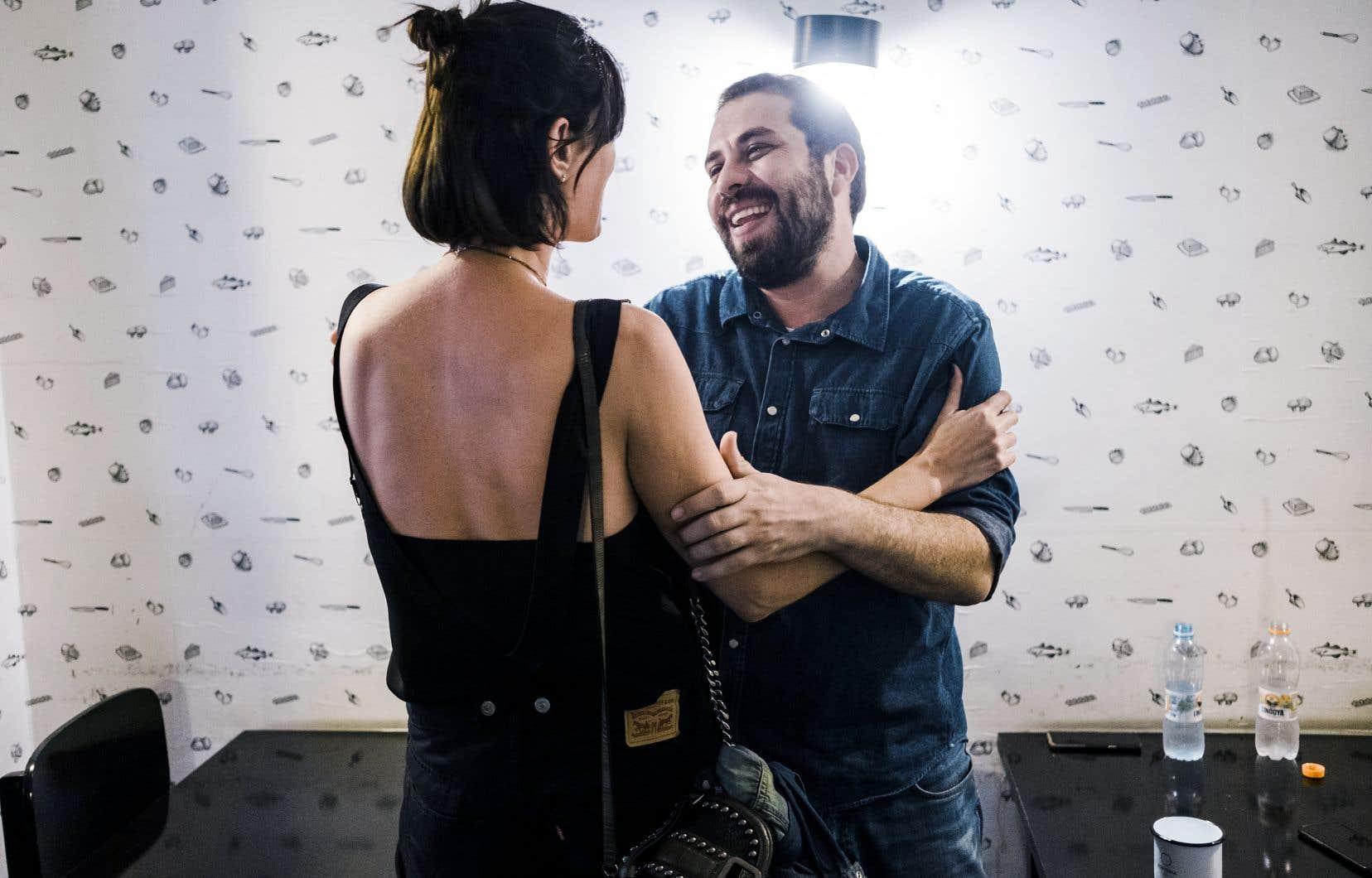 «Bolsonaro pouvait compter sur 60% de satisfaction au sein de la population en janvier 2019. À la fin de cette année, cet appui a fondu de moitié et s'établit à 30%», selon Guilherme Boulos, une étoile montante de la gauche brésilienne, félicité ici par une partisane.