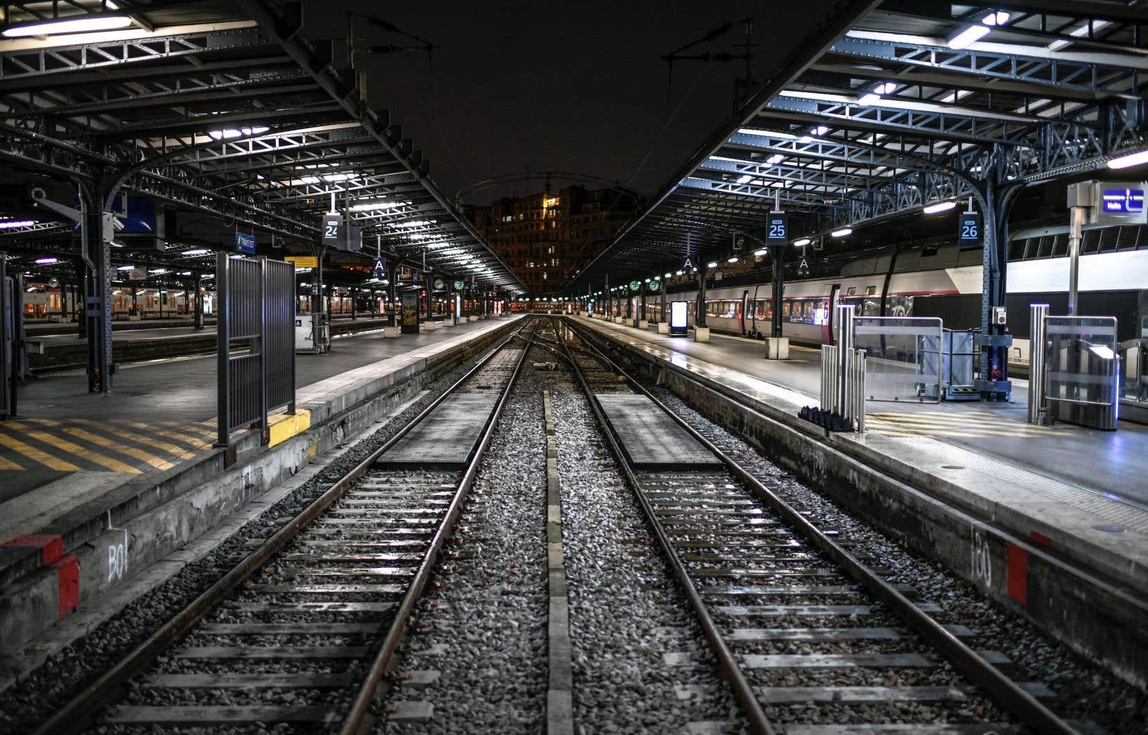 Seuls 20% des trains de la banlieue parisienne et 40% des trains à grande vitesse et trains express régionaux circulent ce lundi en France.