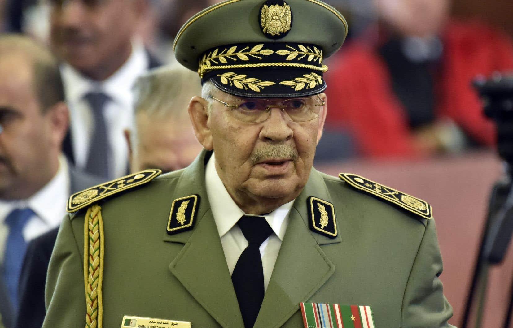 Visage du haut commandement militaire algérien, le général Ahmed Gaïd Salah est décédé lundi d'une crise cardiaque, quatre jours après sa dernière apparition publique.