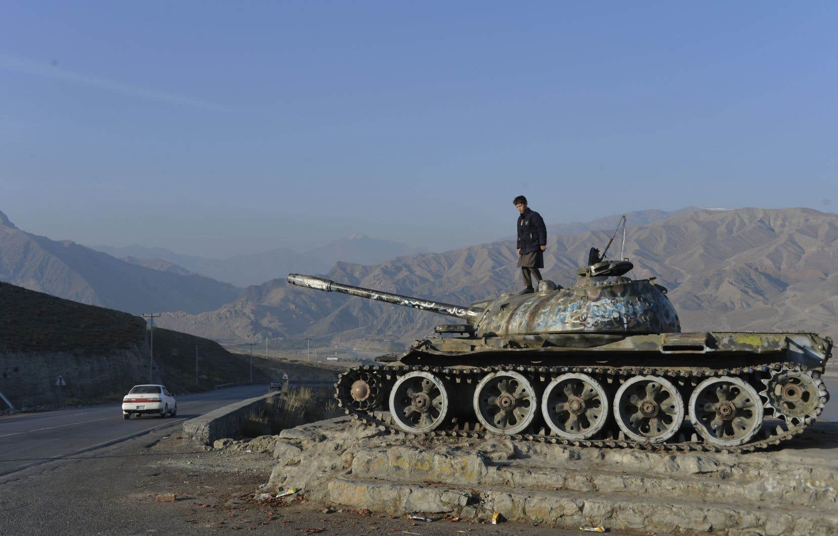 Un enfant joue sur un tank abandonné datant de l'époque soviétique près de Kaboul.